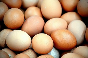 Which is better value: Buying Medium Eggs or Large Eggs?